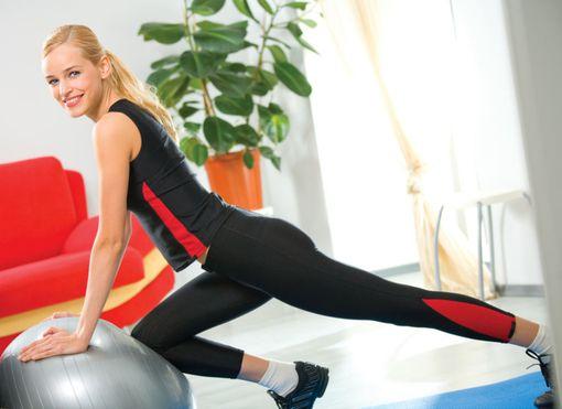 Упражнения с фитболом от целлюлита