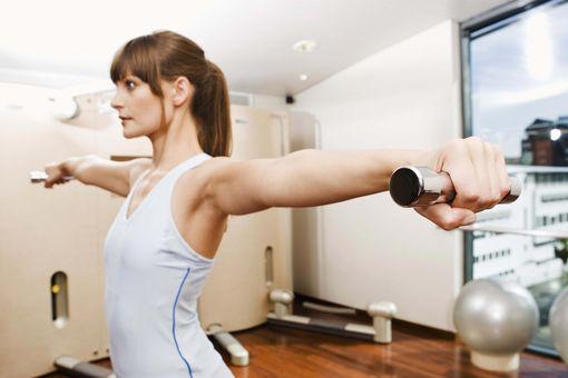 Упражнения от целлюлита на руках с гантелями