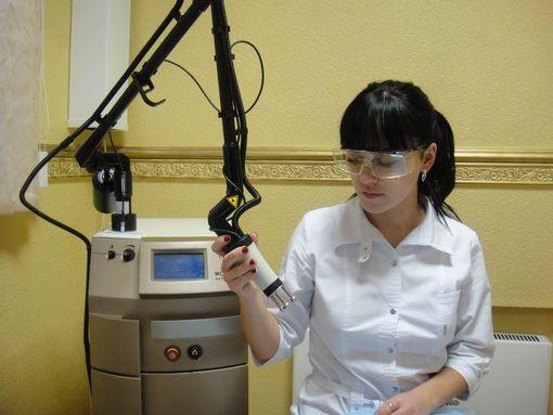 Девушка врач с лазером